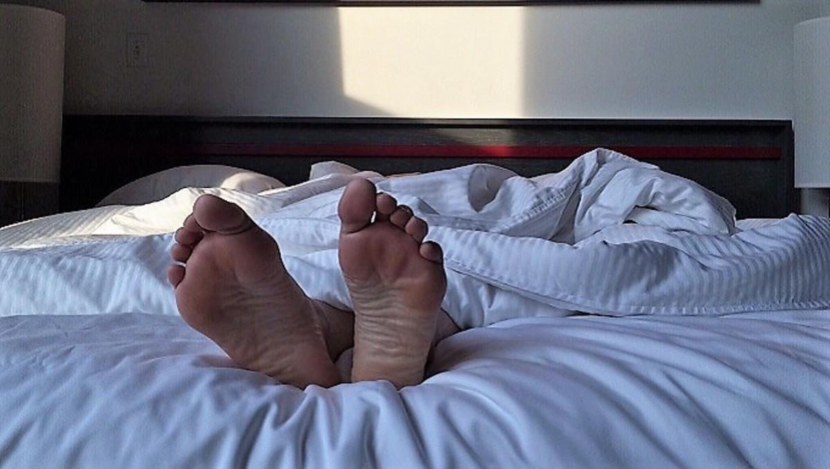 Потрясающие соблазны от девицы на кровати