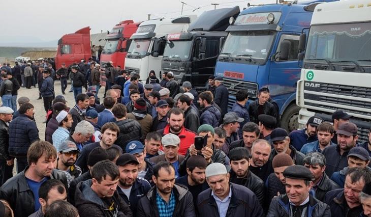 ВПетербурге задержаны участники автопробега вподдержку дальнобойщиков