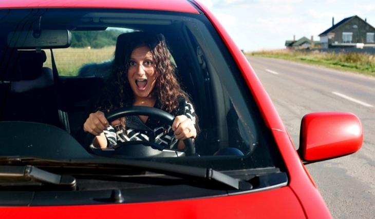 Женщина за рулем: В агрессии виноват первобытный инстинкт