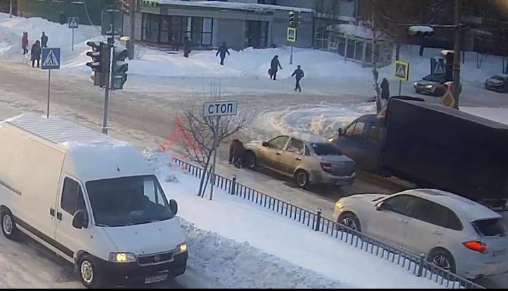 ВЯрославле отыскали героя видео, сбившего упавшую на«зебре» женщину