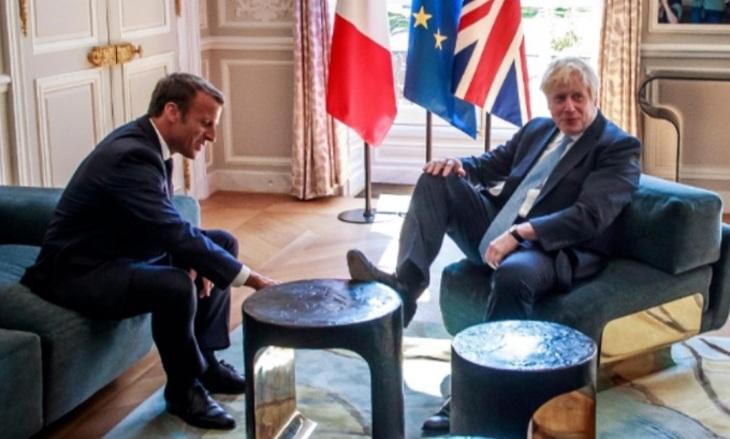Борис Джонсон вовремя встречи сМакроном положил ногу настол