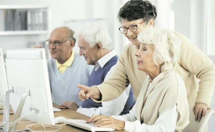 Счастливые пенсионеры возле компьютера
